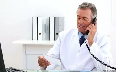 Нарколог проводит телефонную беседу - Алко-помощь