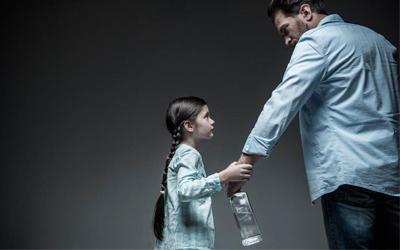 Алкоголик не воспринимает уговоры членов семьи - Алко-помощь