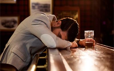 Алкоголики с трудом передвигаются - Алко-помощь
