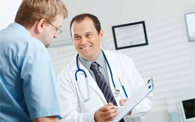 Перед инъекцией врач проводит беседу - Алко-помощь
