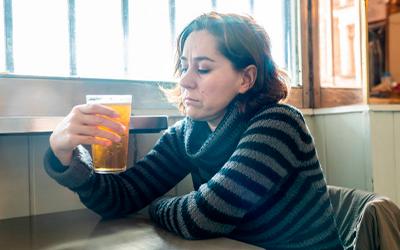 Стадии заболевания алкоголизмом у женщин - Алко-помощь