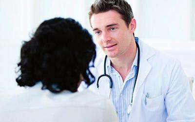 Врач обследует больного - Алко-помощь